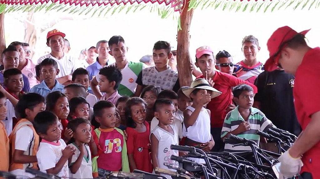 Группа этнической общины Wayuu в Урибии, Ла-Гуахира, Колумбия, с нетерпением ждет получения новых велосипедов от церкви Адвентистов Седьмого Дня во время инициативы, которая обеспечивает колеса для них, чтобы они ездили в школу каждый день. Уже второй год сообщества в Урибии пользуются инициативой «Колеса для обучения». [Фото: Северный колумбийский унион, новости Интер-Американского дивизиона]