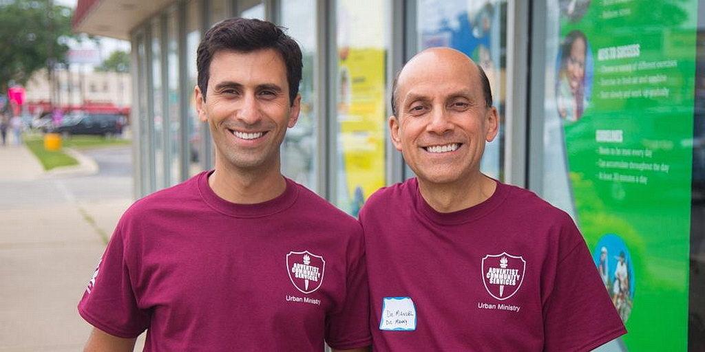 Мануэль Альва, справа, управляет своей клиникой на территории, где Элтон ДеСоус совершает пасторское служение в церкви Авангард в Беруине, пригороде Чикаго, Иллинойс, Соединенных Штатах. [Фото: Джин-Ирес Мишель, Lake Union Herald]