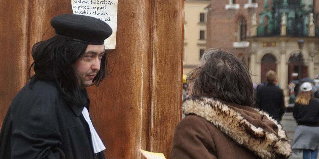 """""""Лютер"""" беседует с прохожими после того, как прибил свои тезисы к двери на городской площади. Люди, заинтересовавшиеся постановкой, смогли узнать больше о Лютере и церкви Адвентистов Седьмого Дня. [Фото: Трансъевропейский дивизион]"""