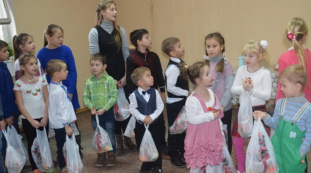 По традиции община города Энергодара в дни Рождественских праздников позаботилась о детях и пожилых людях