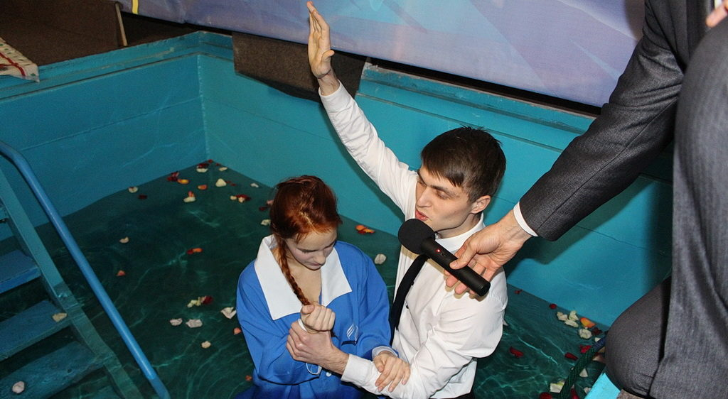 Артем Козырь крестит Алину Колесник