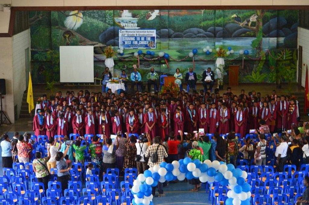 Выпускники Carr Memorial исполняют песню во время церемоний вручения дипломов в Порт-Морсби, Папуа - Новая Гвинея, в прошлом месяце. [Фото: Adventist Record]]