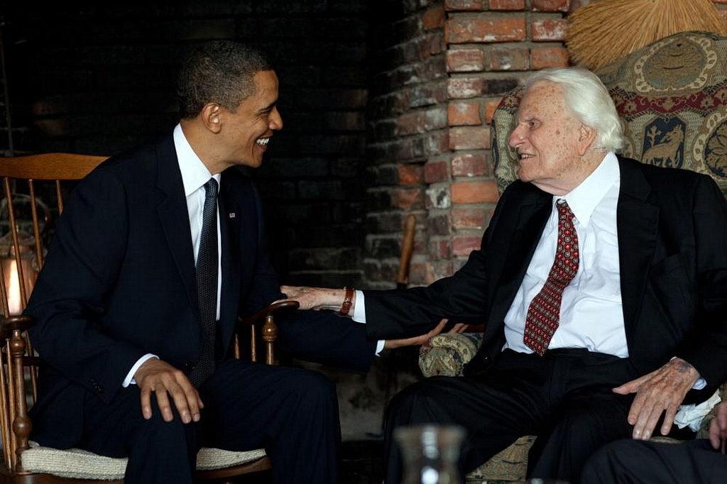 Американский президент Барак Обама встречается с Билли Грэмом в его доме в Montreat, Северная Каролина 25 апреля 2010. [Фото: Белый дом]