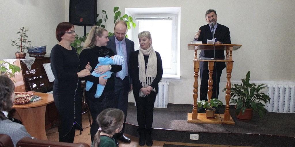 Семья пастора в Днепре посвятила Богу ребенка