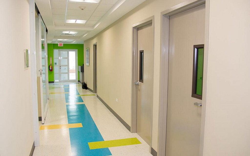 Новый центр моделирования включает родильный дом, отделение неотложной помощи, две операционные залы, зону критической помощи и дополнительные рабочие станции. [Фото: любезно предоставлено Адвентистским университетом Антильских островов]