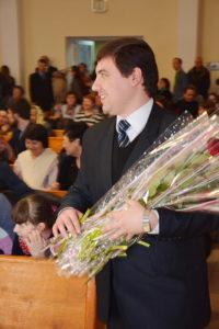 Андрей Мовчан готовится вручать цветы крещенным