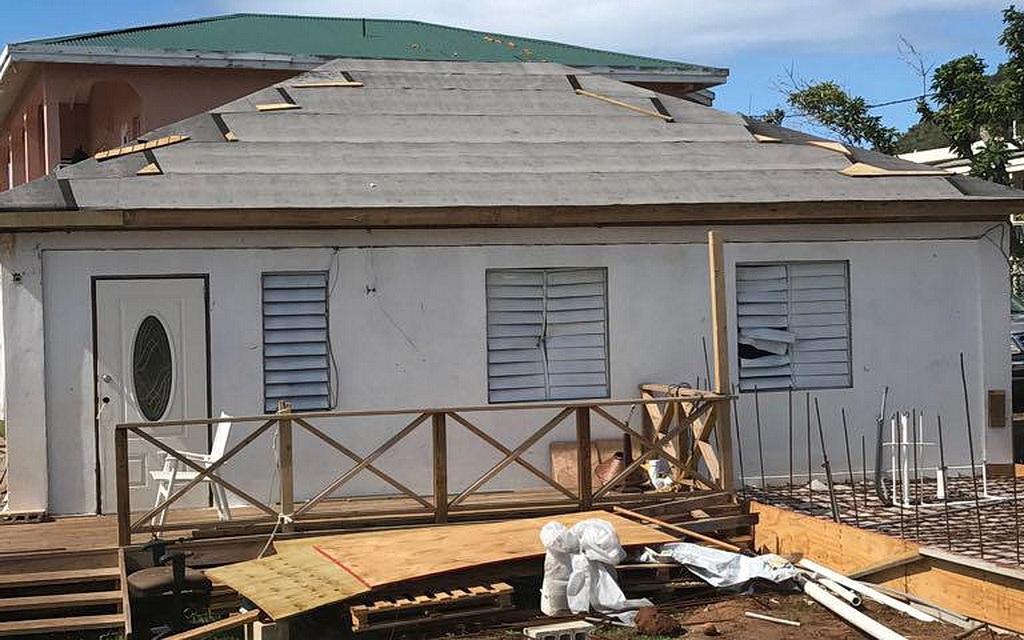 Крыша этого дома была недавно восстановлена адвентистскими волонтерами в Виста-Горда на Британских Виргинских островах. [Фото: Сильвестр Уильямс, Новости Интерамериканского дивизиона]