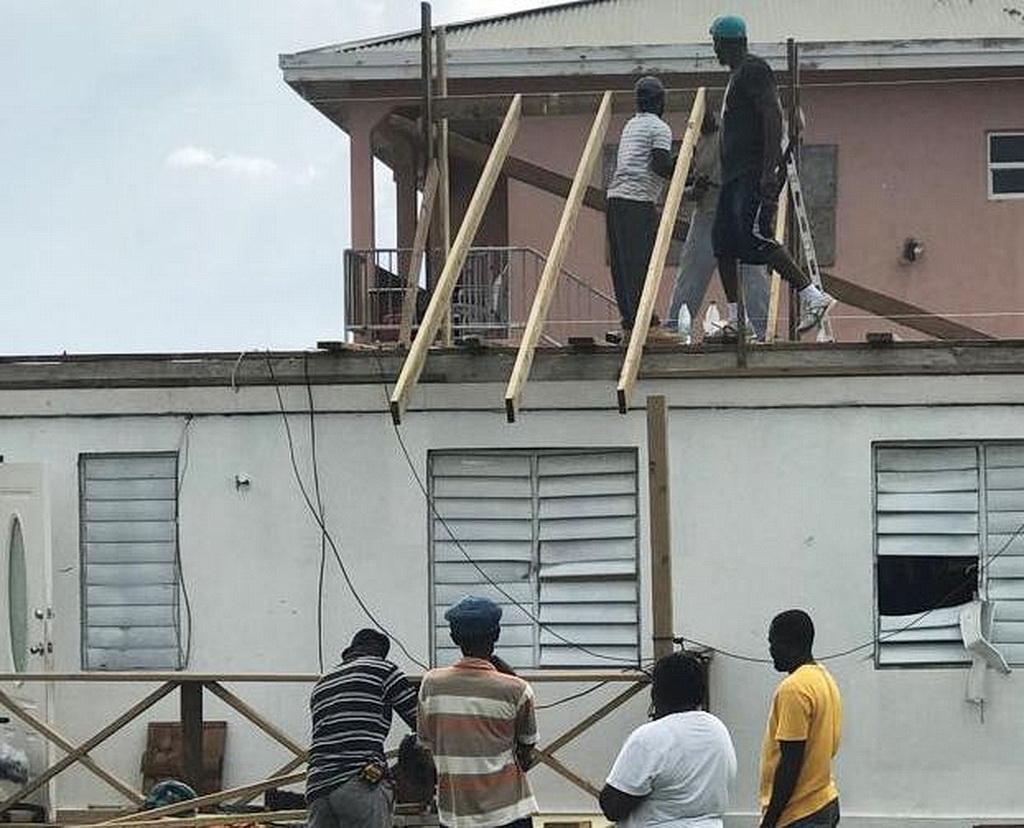 Волонтеры-адвентисты работают на крыше в Виста-Горда, на Британских Виргинских островах. [Фото: Сильвестр Уильямс, Новости Интерамериканского дивизиона]