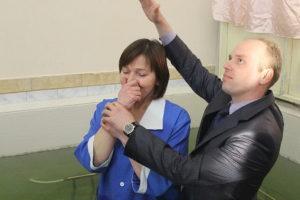 Крестит пастор Антон Перепелица