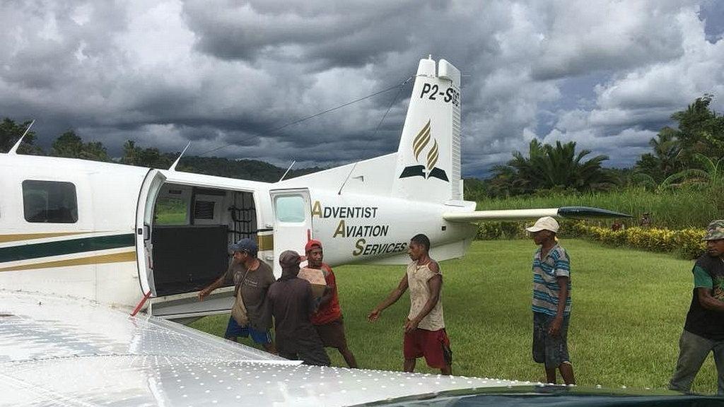 Загрузка материалов в самолет AAS. [Фото: Adventist Record]