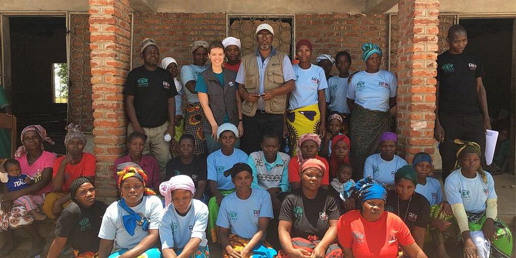 Сотрудники ADRA Малави вместе со членами комитета по продовольствию в школе, который каждый день готовит еду для студентов. [Фото: ADRA International]