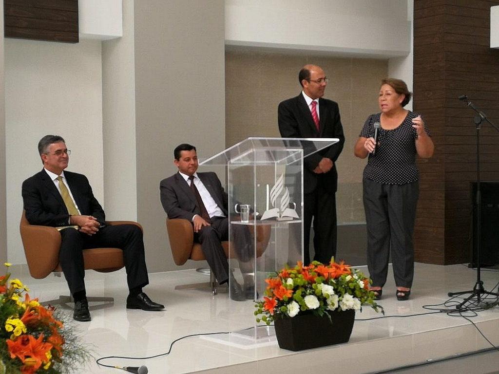 Президент Южно-Американского дивизиона церкви Эртон Келер (слева) слушает показания Гражеды. [Фото: Новости южноамериканского дивизиона]