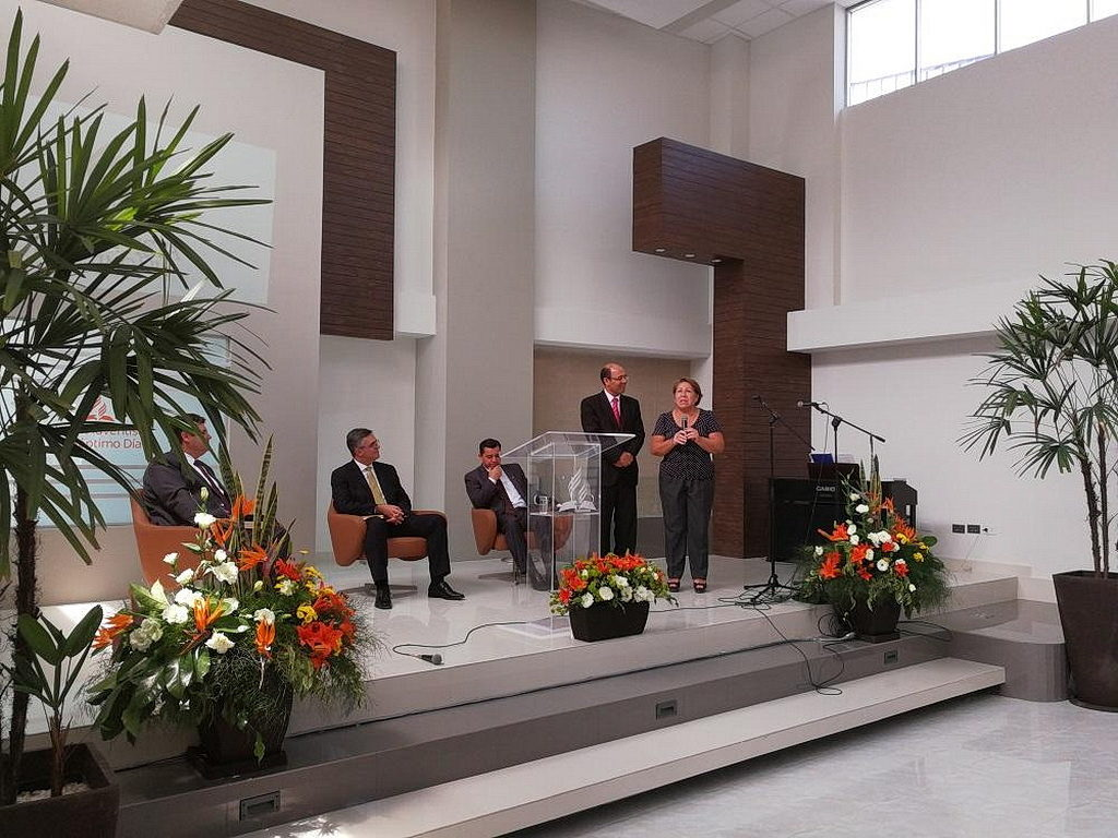 Сильвия Гражеда сказала, что прекрасное здание церкви заставило ее подумать о посещении церкви адвентистов седьмого дня рядом с ее бизнесом. Теперь она готовится к крещению. [Фото: Новости южноамериканского дивизиона]