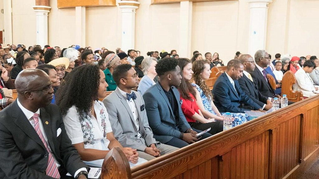 Команда ARL и лидеры присоединяются к служению посвящения в адвентистской церкви Брикстон. [Новости Транс-Европейского дивизиона]