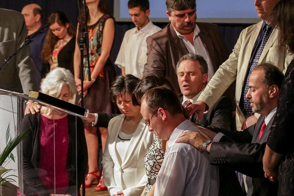 В субботу днем, 14 апреля, руководители церкви совершили молитву посвящения сотрудников, работающих в Центрах влияния региона. [Фото: Новости Транс-Европейского дивизиона]