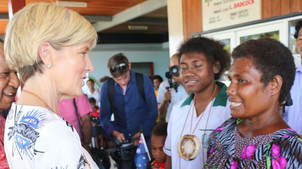Министр иностранных дел Австралии Джули Бишоп с Флоренцией из Налюта, которая поделилась своим опытом в качестве бенефициара программы распространения грамотности ADRA PNG. [Фото: ADRA PNG]