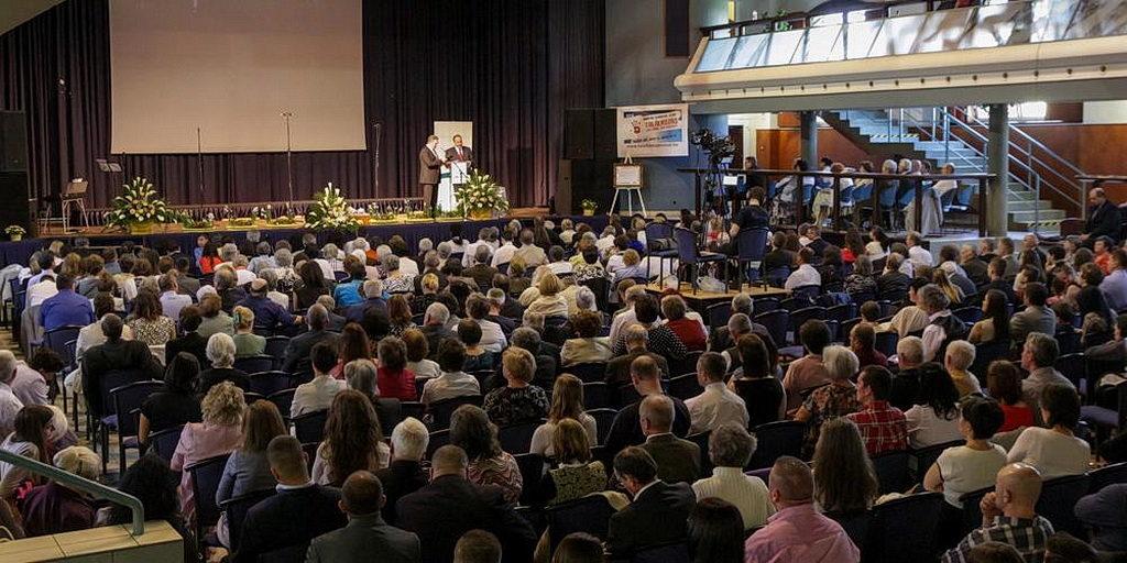 В этом году в Дебрецене, Венгрия, собралось более 700 членов церкви, чтобы поддержать развивающиеся центры влияния и построить Божью церковь в восточном регионе этого европейского государства. [Фото: Новости Транс-Европейского дивизиона]