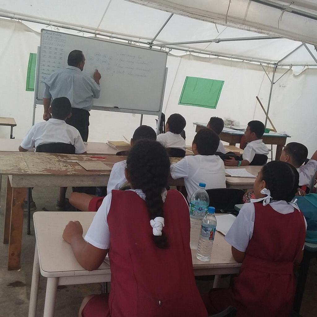 Студенты Хиллиард в их классе- палатке. [Фото: Adventist Record]