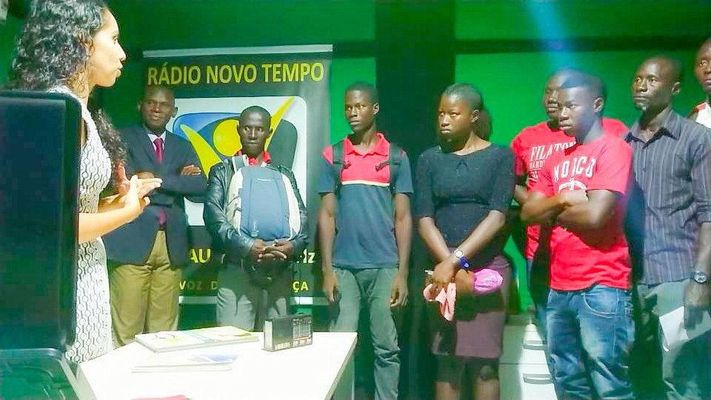 Подготовка добровольцев на новой радиостанции в Гвинее-Бисау. [Фото: Ново Темпо, Новости Западного Центрально-Африканского дивизиона]