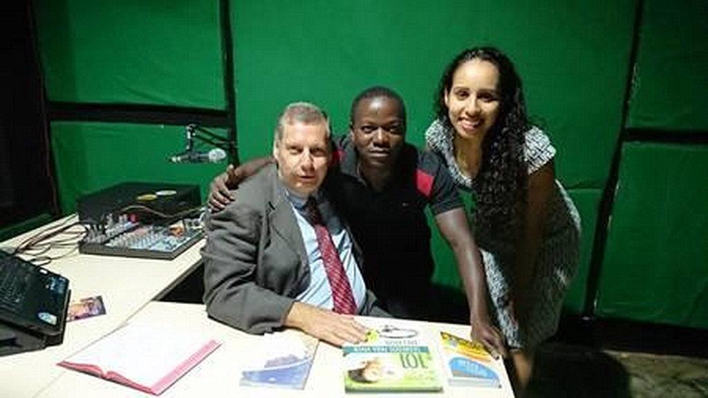 Директор отдела коммуникации Западного Центрально-Африканского дивизиона Иренео Кох (слева) с хозяевами новой радиостанции Novo Tempo в Гвинее-Бисау. [Фото: Ново Темпо, Новости Западного Центрально-Африканского дивизиона]