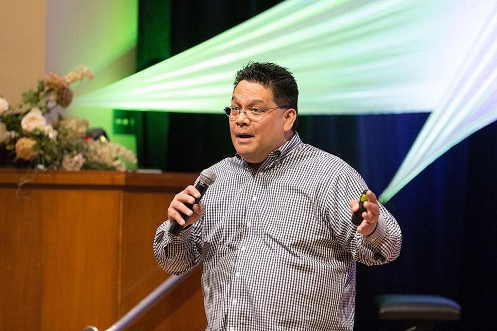 Адвентистский молодежный пастор и исследователь Аллан Мартин пригласил каждого члена церкви проявлять инициативу - молиться и общаться с молодыми людьми в своих домашних церквях. [Фото: Университет Эндрюс]