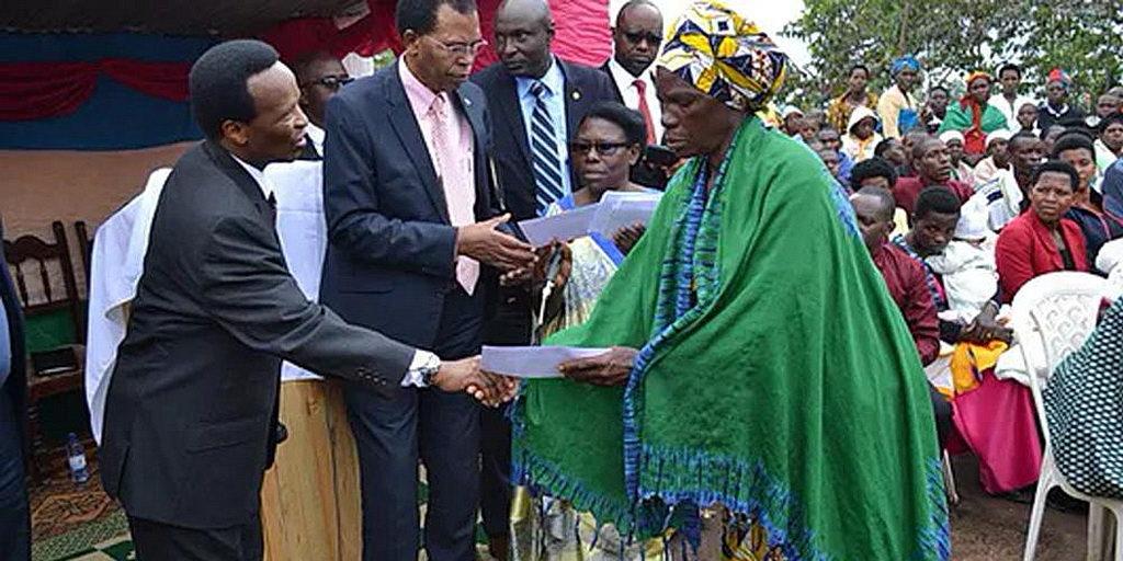 Руководители церкви утешают пострадавших от удара молнии в Руанде