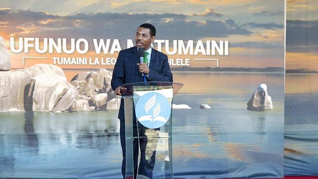 Министр внутренних дел Танзании дал высокую оценку адвентистам за их образ жизни во время открытия евангелизационной серии «Откровение надежды»