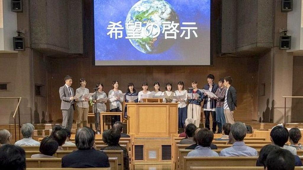 Музыкальная группа поет на евангельской встрече в Церкви адвентистов седьмого дня Amanuma в Токио. [Фото: Тед Вильсон / Facebook]