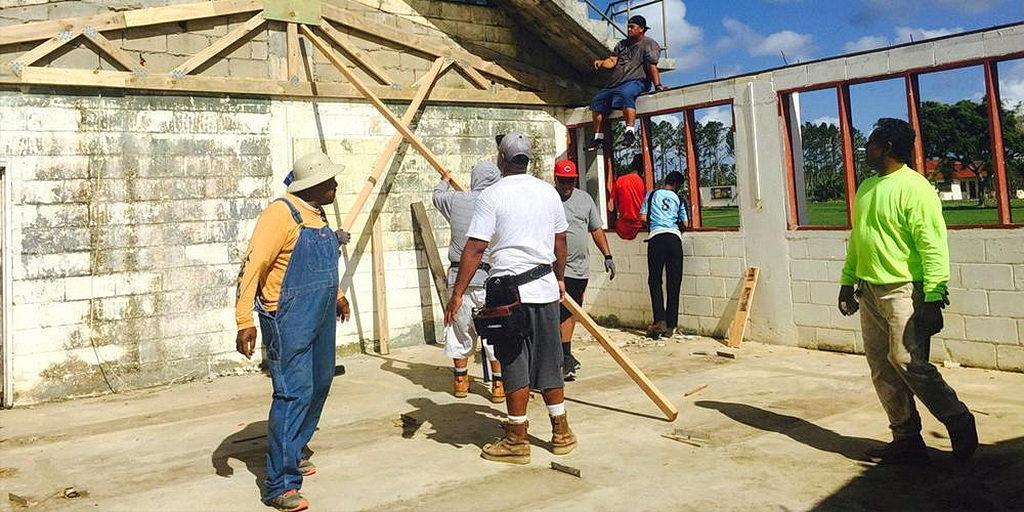 Работа начинается с восстановления классных комнат адвентистского колледжа в Тонга