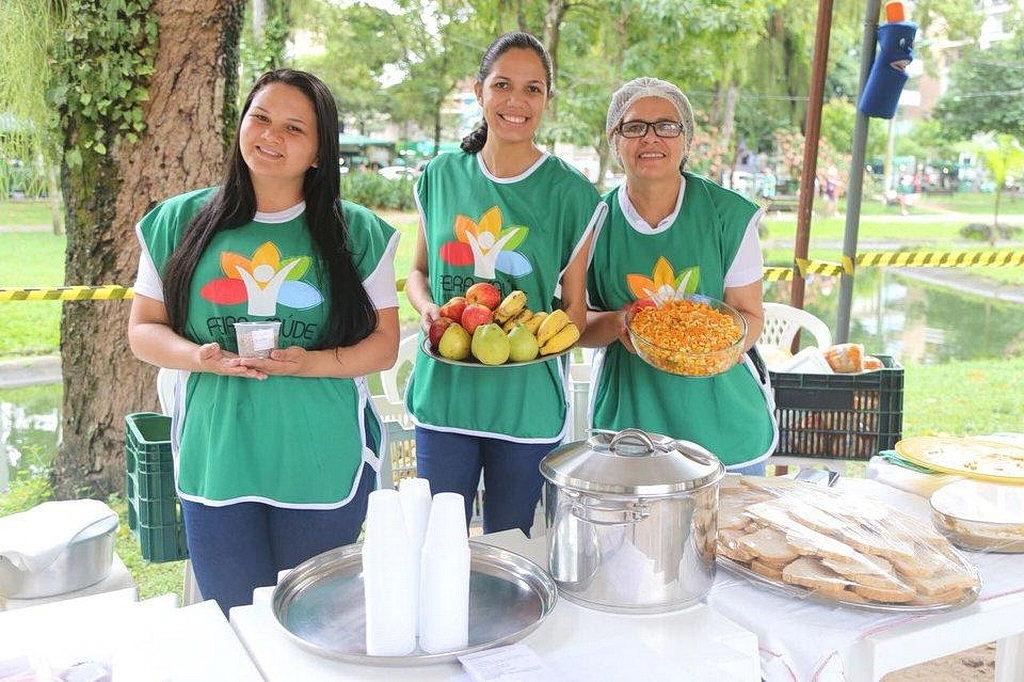 Миссионерские действия включали санитарные ярмарки и советы по здоровому питанию в общественных местах по всему региону. [Фото: Facebook Северных Бразильских адвентистов]