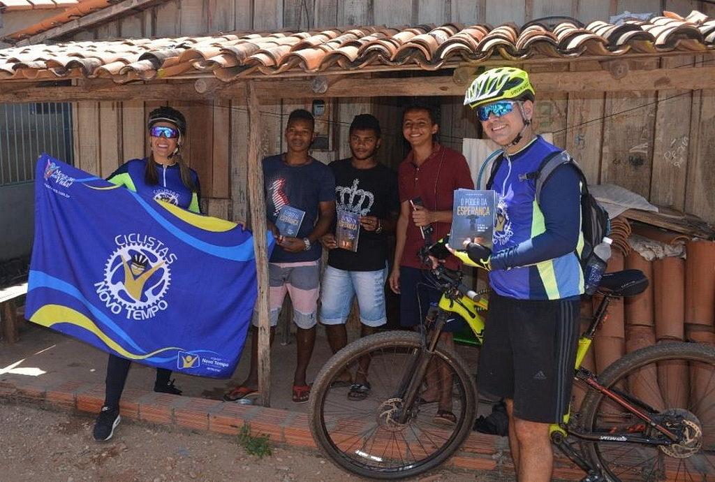 Группа из 20 велосипедистов проехала 40 километров к малочисленному сообществу со всего шестью адвентистскими членами церкви, чтобы поделиться миссионерской книгой и молиться с жителями. [Фото: Новости Южноамериканского дивизиона]