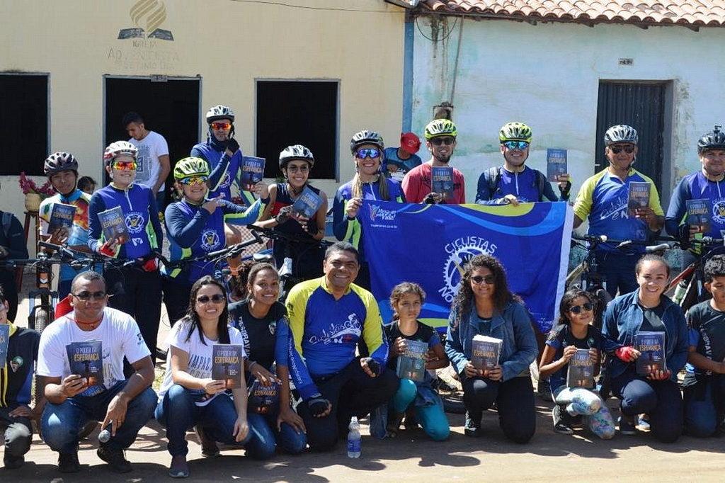 Группа велосипедистов, которые ездили , чтобы поделиться надеждой в Maranhão. [Фото: Новости Южноамериканского дивизиона]