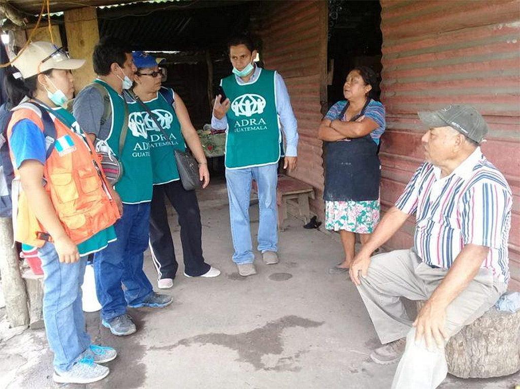 Волонтеры АДРА посетили дом в деревне в Эскуинтле, ободряя жителей искать более безопасное убежище от извержений вулкана. [Фото: АДРА Гватемала, Новости Интер-Американского дивизиона]