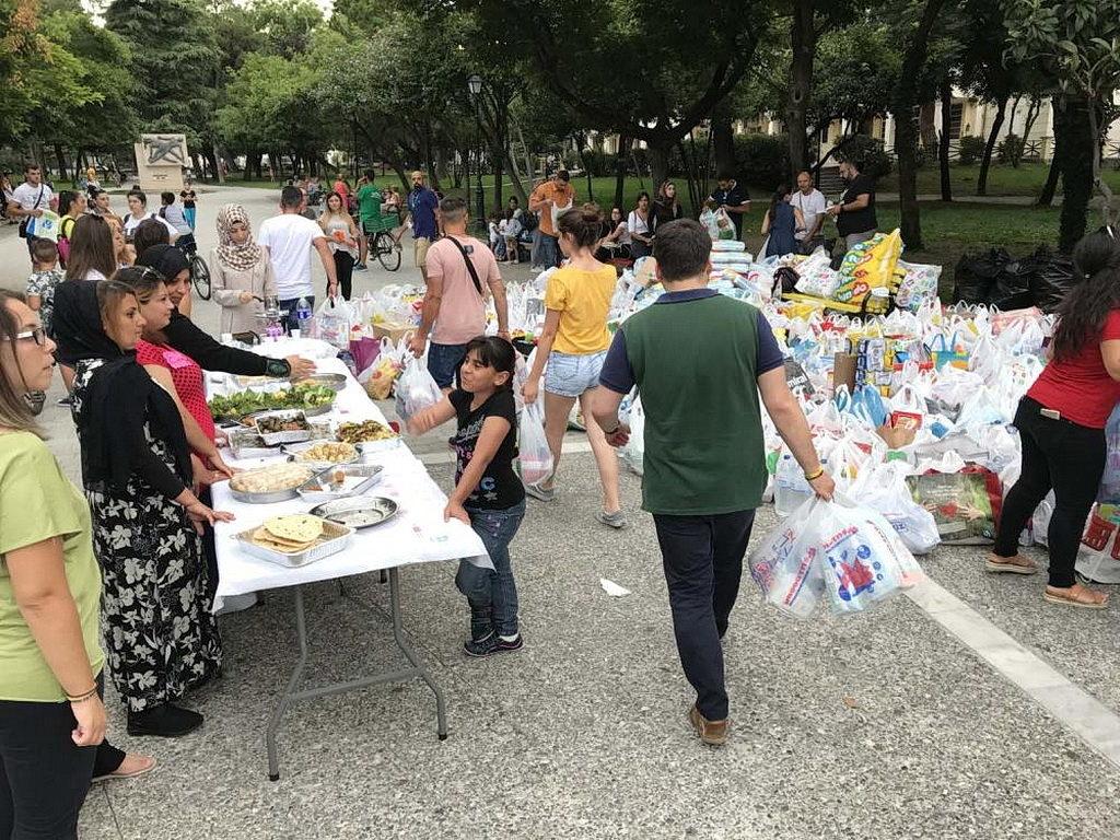В конце июля 2018 года мероприятие «единения», которое передавало сирийскую еду греческой общине в Катерини, Греция, быстро превратилось в сбор средств для жертв лесных пожаров. [Фото: ADRA Europe]