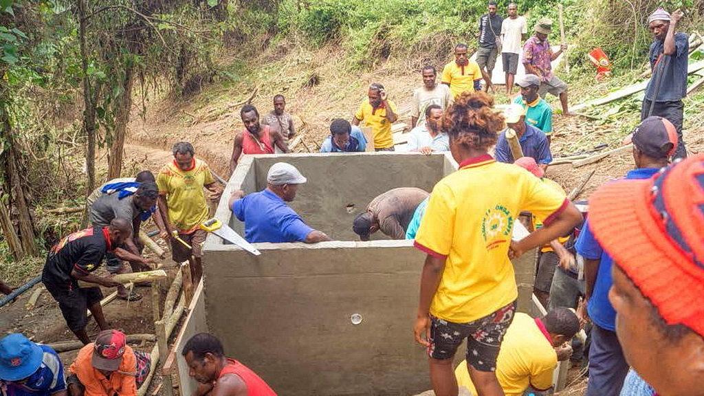Работа над резервуаром для воды недалеко от деревни Аван, Папуа-Новая Гвинея. [Фото: ]