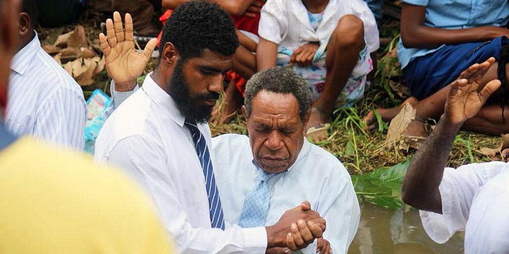После недавних евангелизационных встреч в деревне Аван, район Маркхем, Папуа-Новая Гвинея, крещены люди. [Фото: Adventist Record News]