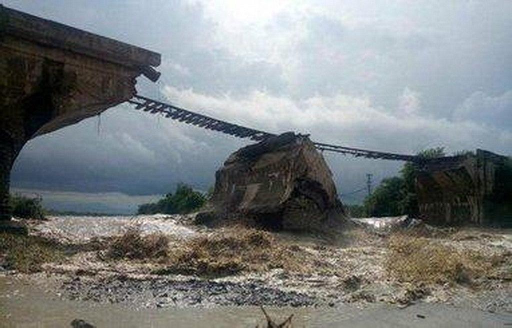 Один из мостов, пострадавших от недавних проливных дождей в Румынии. Команды ADRA предоставляют предметы помощи и вербуют добровольцев, чтобы помочь пострадавшим. [ADRA Румыния, новости Интер-Европейского дивизиона]
