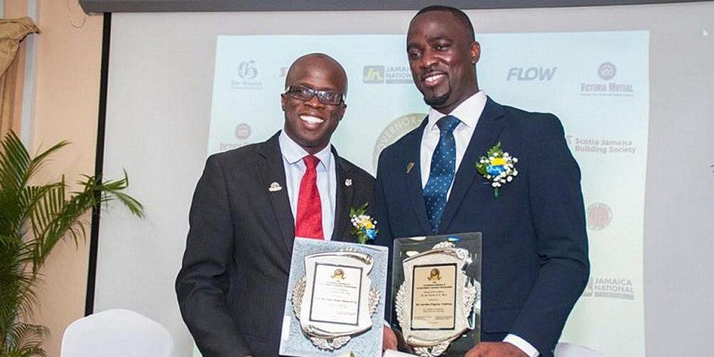 Омар Олифант (слева) и Гордон Линдсей (справа) держат свои награды после получения их от генерал-губернатора Ямайки сэра Патрика Аллена во время церемонии награждения генерал-губернатора, проводимой в Cardiff Hotel and Spa в Сент-Энне 28 июня 2018 года. [ Фото: Чавар Льюис, Новости Интер-Американского дивизиона]