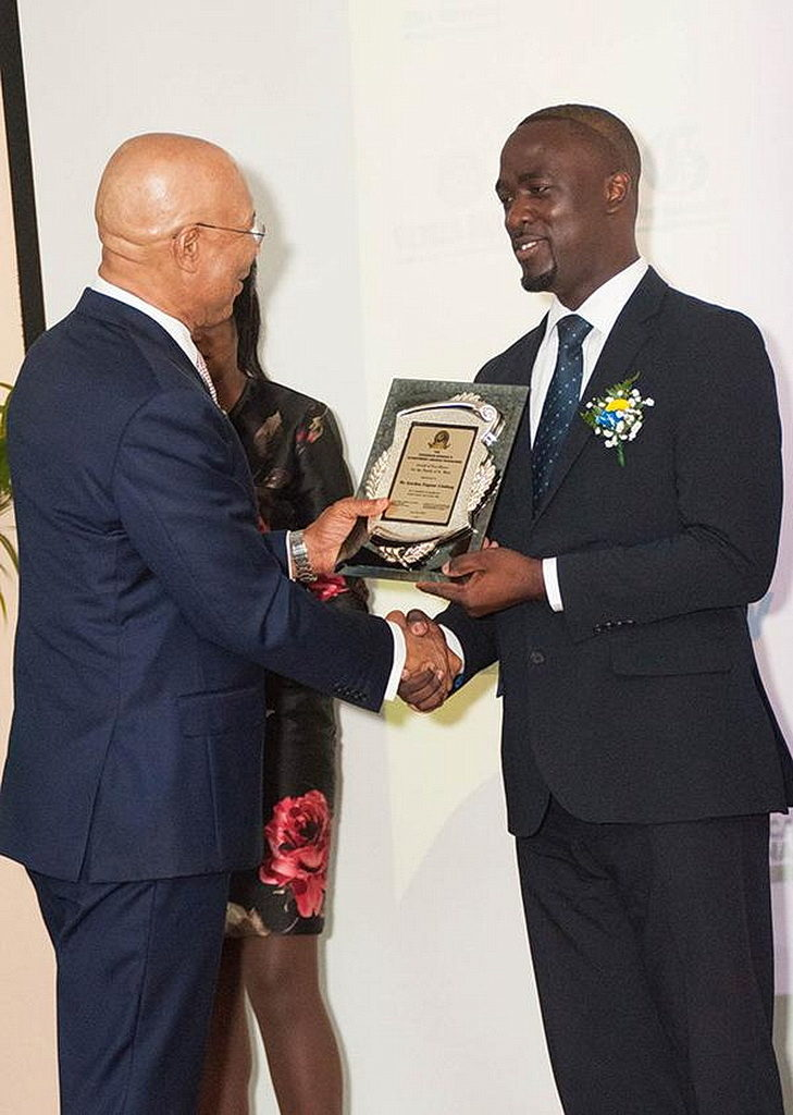 Гордон Линдсей (справа) принимает свою награду от генерал-губернатора Ямайки сэра Патрика Аллена во время вручения наград генерал-губернатора. [ Фото: Чавар Льюис, Новости Интер-Американского дивизиона]