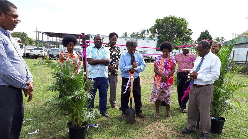 Новые члены в настоящее время встречаются под крышей недостроенного дома в Маданге, Папуа-Новая Гвинея. [Фото: Adventist Record News]