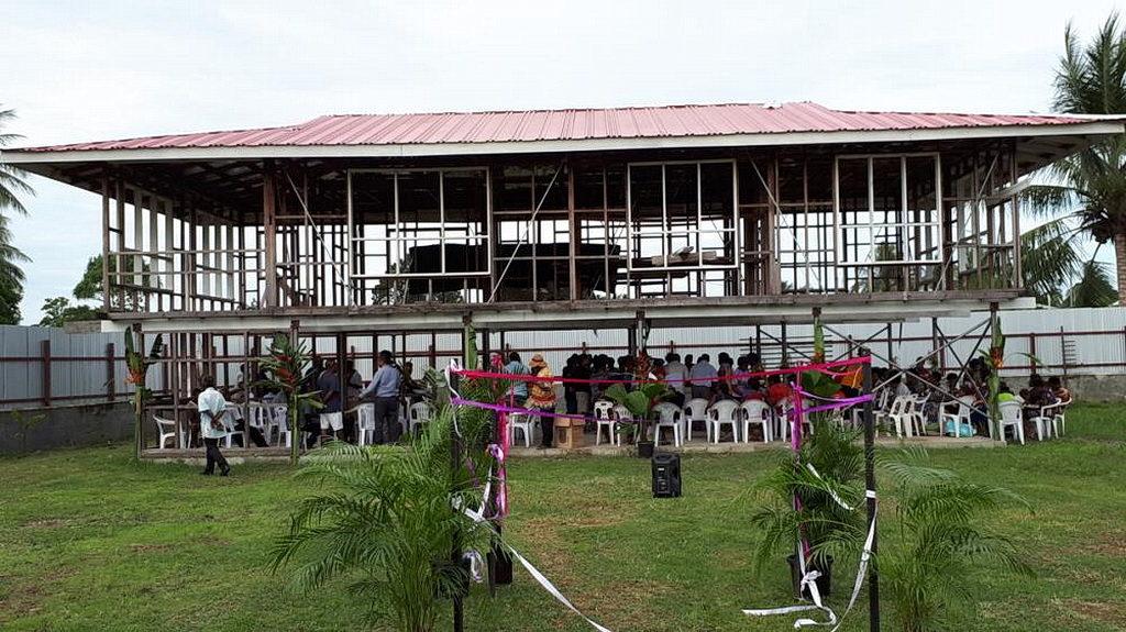 На недавней церемонии открытия новой церкви Маданг Таун, Маданг, Папуа-Новая Гвинея. [Фото: Adventist Record News]
