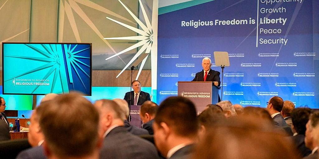 Американский вице-президент Майк Пенс выступает на встрече на уровне Министров по Расширению Религиозной Свободы 26 июля 2018 в американском Госдепартаменте в Вашингтоне, округ Колумбия [фото: Государственный Департамент США, Общественное достояние]