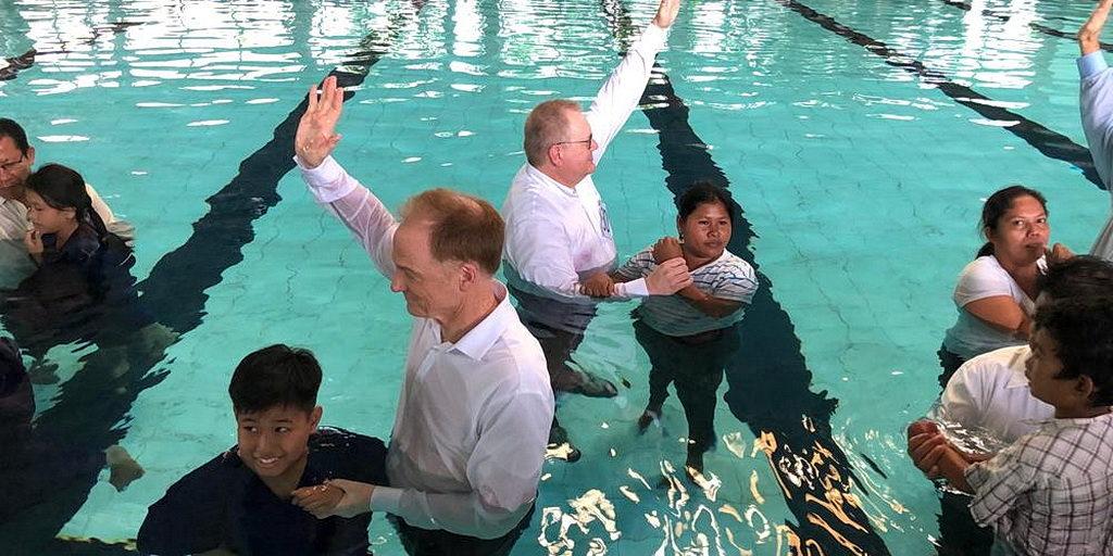 Джон Брэдшоу и Ив Монние участвуют в крещении сотен человек в Маниле 21 июля 2018 года. [Фото: Новости служения «Так Написано»]
