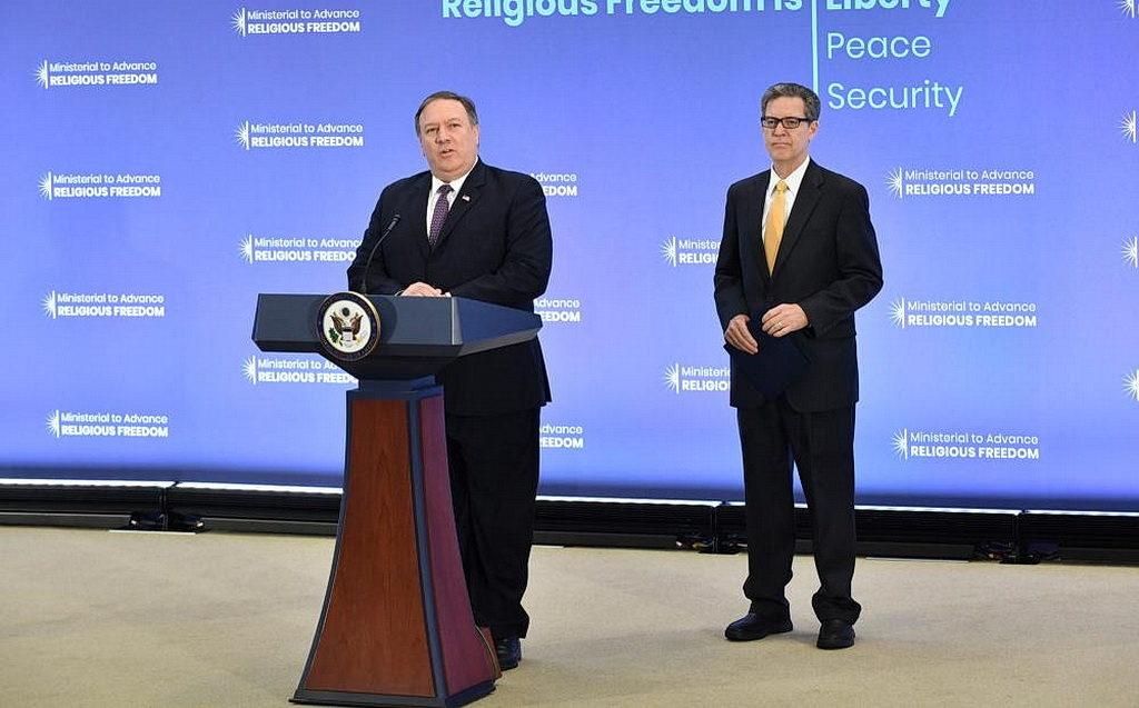 Государственный секретарь США Майк Помпео выступает с речью на министерской конференции по обеспечению свободы религии 24 июля 2018 года в Государственном департаменте США, проходившей в Вашингтоне, округ Колумбия. [Фото: Государственный департамент США, общественное достояние]