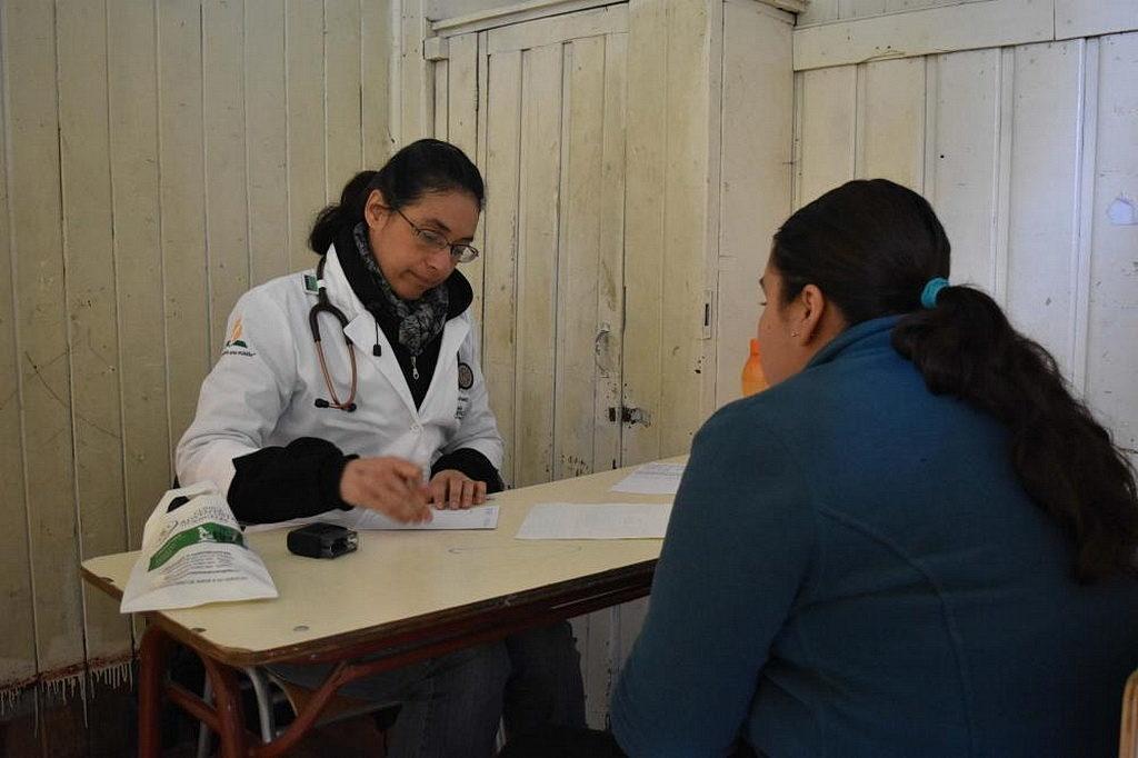 Члены местных сообществ Мапуче получили бесплатное обследование и другие медицинские и консультационные услуги во время работы адвентистской миссионерской Клиники Лос Ángeles в южном Чили 18 августа 2018. [Фото: Новости CLINALA]