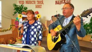 Поют Ирина и Юрий Левашовы - ведущие юбилейного служения