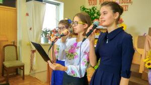Поет молодежь
