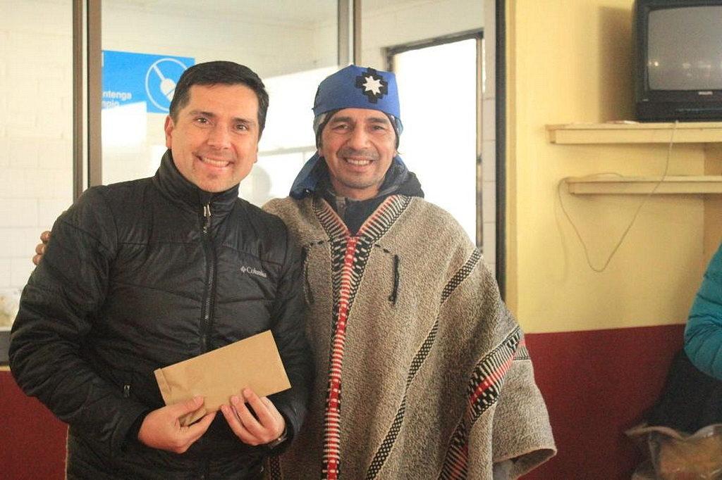 Генеральный директор адвентистской клиники Лос Ángeles (CLINALA) Клаудио Мальдонадо (слева), с одним из жителей Мапуче, которые получили помощь от адвентистской медицинской инициативы в Melipeuco, Чили. [Фото: Новости CLINALA]