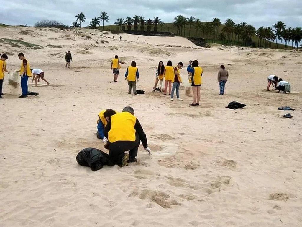 Студенты и учителя из адвентистской Школы Porvenir в Сантьяго, Чили, также приняли участие в уборке пляжа на побережье острова Пасхи, находящемся на расстоянии приблизительно 2,300 миль (3,700 километров) от их домов. [Фото: адвентистская Школа Porvenir, Новости Южно-Американского дивизиона]