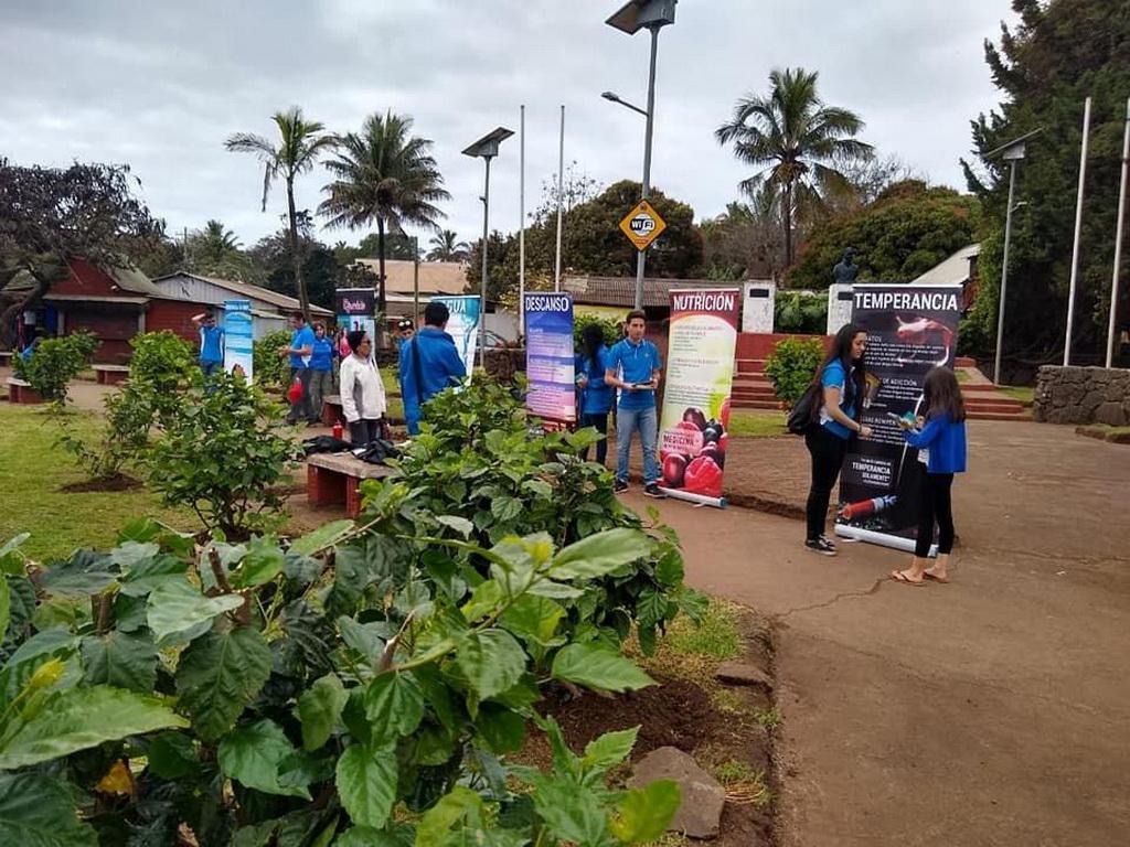 Адвентистские студенты из Школы Porvenir в Чили организовали выставку здоровья на главной площади острова Пасхи. [Фото: адвентистская Школа Porvenir, Новости Южно-Американского дивизиона]